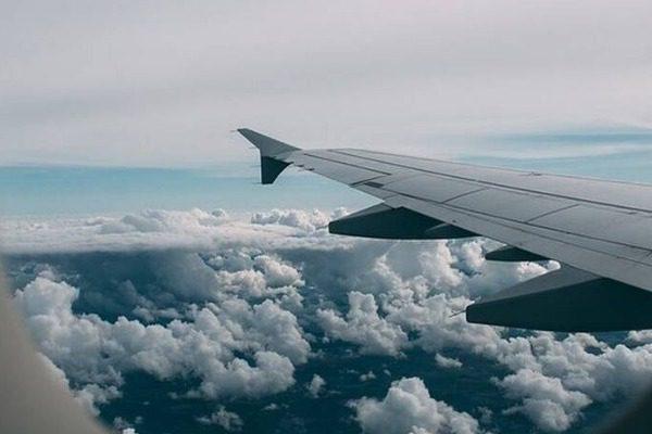Τρόμος σε αεροσκάφος: «Πάγωσαν» οι επιβάτες όταν κοιτάξαν έξω από το παράθυρο