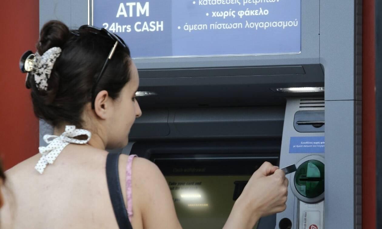 Χρεώσεις - «φωτιά» από σήμερα στα ΑΤΜ: Πόσο θα μας κρατάνε για αναλήψεις από άλλη τράπεζα
