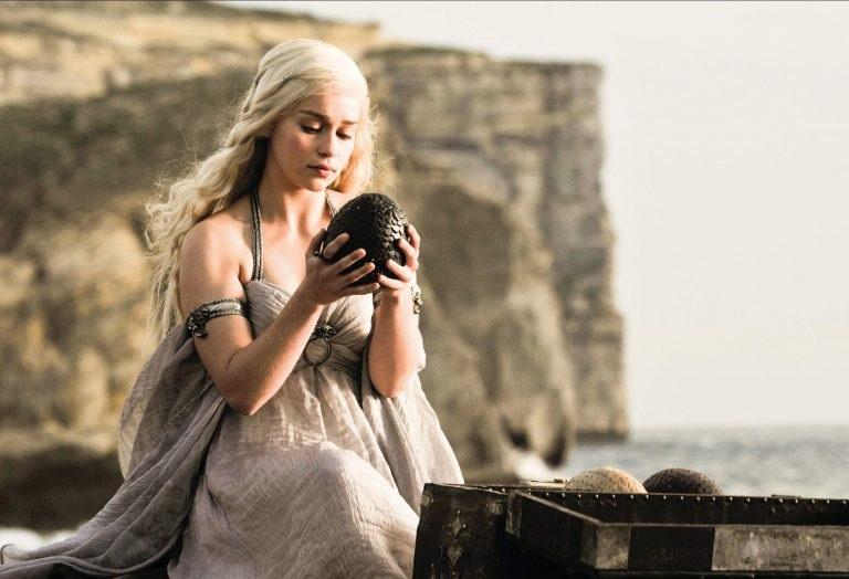 Η Εμίλια Κλαρκ για τις γυμνές σκηνές του Game of Thrones: «Μου έλεγαν ότι θα απογοητεύσω το κοινό αν δεν τις κάνω» - Roxx.gr