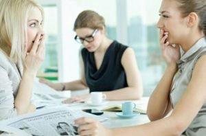 γυναίκες γελάνε σχολιάζουν