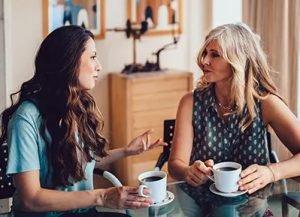 γυναίκες μιλάνε πίνουν καφέ